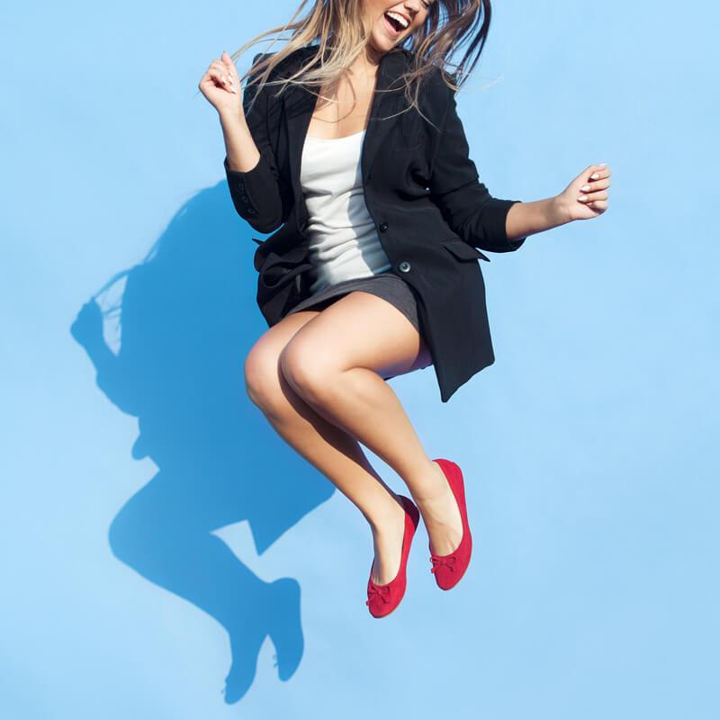 mujer de negocios saltando de felicidad, Crecimiento personal y consejeria, Miami, FL